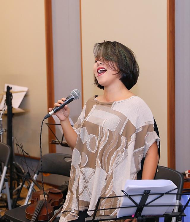 """Diva Thanh Lam """"phiêu"""", ngồi bệt xuống để hát - 4"""
