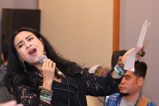 """Diva Thanh Lam """"phiêu"""", ngồi bệt xuống để hát - 1"""