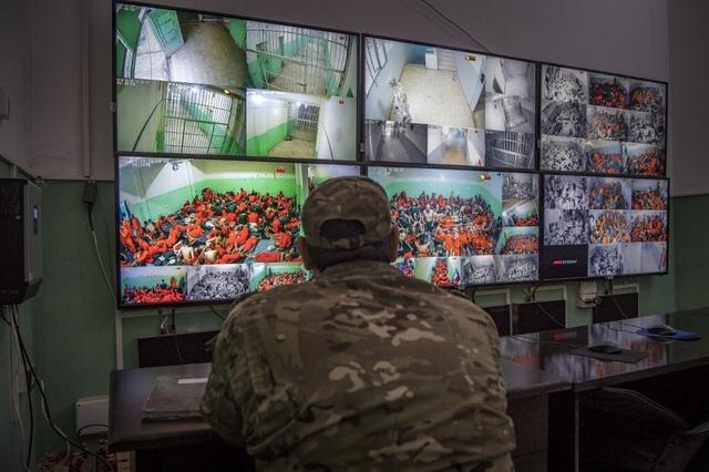 Cảnh tượng chen chúc gây sốc bên trong nhà tù giam giữ phiến quân IS - 1