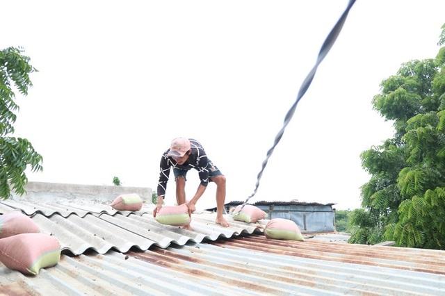 Hình ảnh người dân Ninh Thuận hối hả buộc tàu thuyền, chằng chống nhà cửa - 7