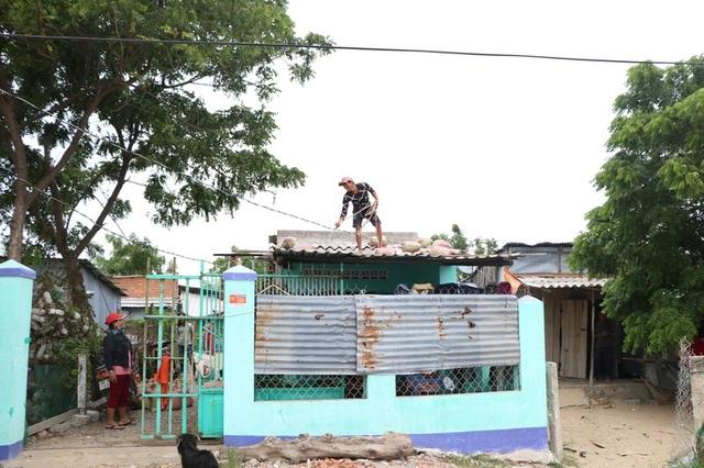 Hình ảnh người dân Ninh Thuận hối hả buộc tàu thuyền, chằng chống nhà cửa - 6