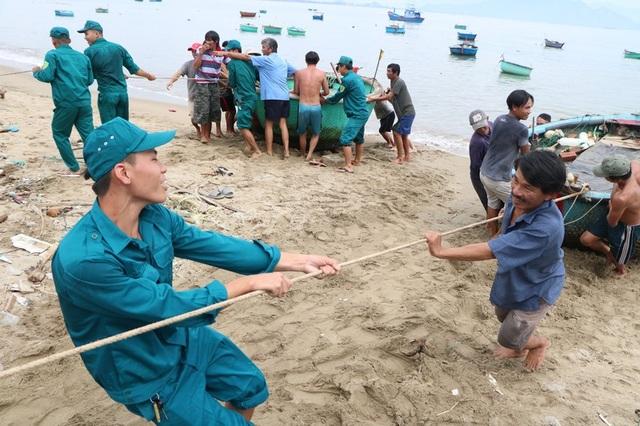 Hình ảnh người dân Ninh Thuận hối hả buộc tàu thuyền, chằng chống nhà cửa - 4
