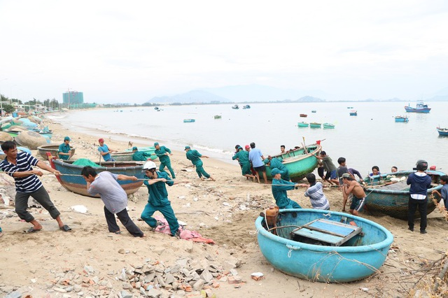 Hình ảnh người dân Ninh Thuận hối hả buộc tàu thuyền, chằng chống nhà cửa - 3