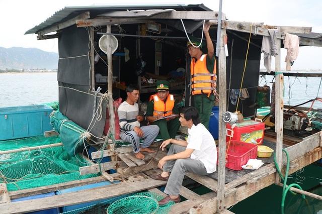 Hình ảnh người dân Ninh Thuận hối hả buộc tàu thuyền, chằng chống nhà cửa - 1