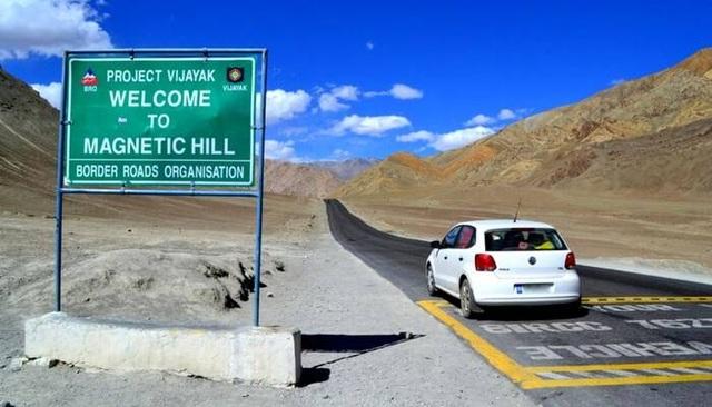 Bí ẩn ở ngọn đồi kỳ lạ: Nơi ô tô tắt máy vẫn tự lên dốc - 4