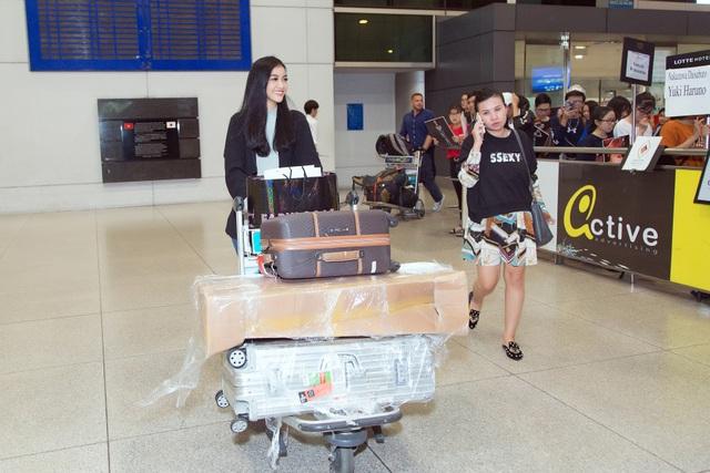 Kiều Loan bật khóc giữa sân bay khi nhận quà ý nghĩa từ fans - 1