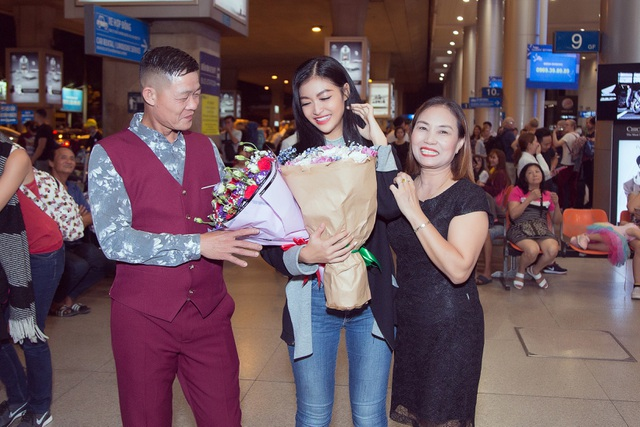 Kiều Loan bật khóc giữa sân bay khi nhận quà ý nghĩa từ fans - 2