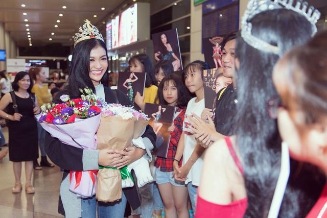 Kiều Loan bật khóc giữa sân bay khi nhận quà ý nghĩa từ fans - 5