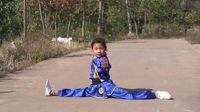 """""""Thần đồng"""" kungfu 9 tuổi trình diễn tuyệt chiêu vắt chân sau đầu - 1"""