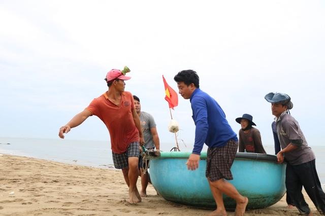 Hình ảnh người dân Ninh Thuận hối hả buộc tàu thuyền, chằng chống nhà cửa - 5