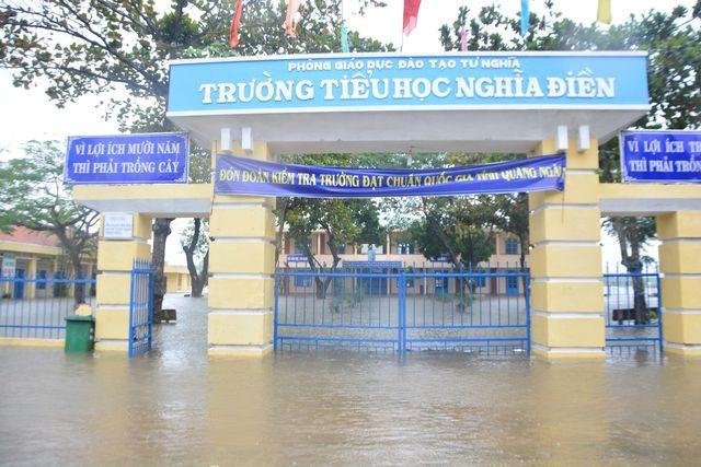 Quảng Ngãi: Thông báo khẩn cho học sinh nghỉ học tránh bão - 1