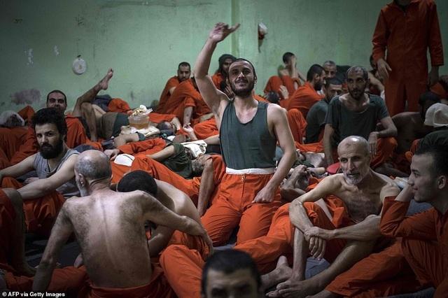 Cảnh tượng chen chúc gây sốc bên trong nhà tù giam giữ phiến quân IS - 12
