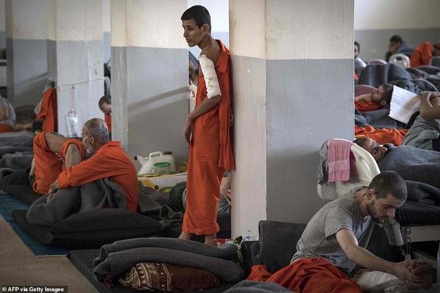 Cảnh tượng chen chúc gây sốc bên trong nhà tù giam giữ phiến quân IS - 10
