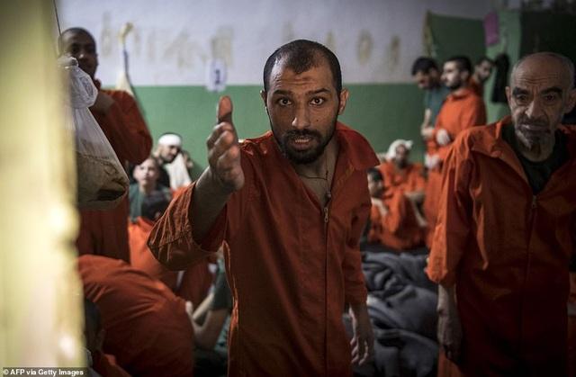 Cảnh tượng chen chúc gây sốc bên trong nhà tù giam giữ phiến quân IS - 17