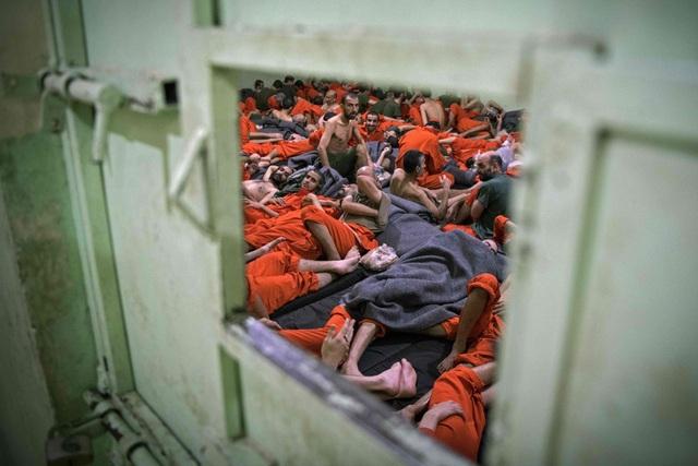 Cảnh tượng chen chúc gây sốc bên trong nhà tù giam giữ phiến quân IS - 3