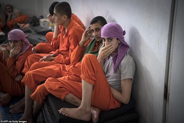 Cảnh tượng chen chúc gây sốc bên trong nhà tù giam giữ phiến quân IS - 9