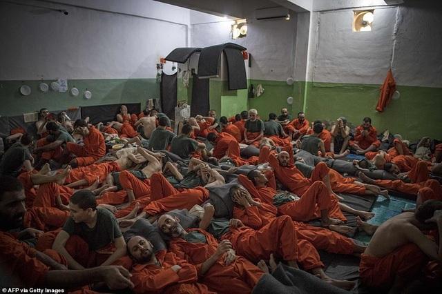 Cảnh tượng chen chúc gây sốc bên trong nhà tù giam giữ phiến quân IS - 7