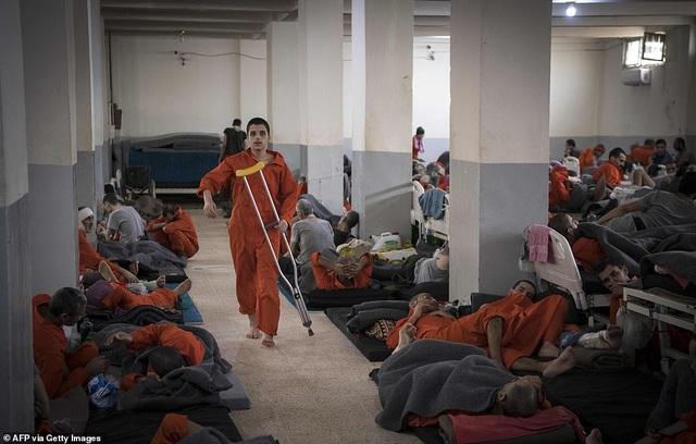 Cảnh tượng chen chúc gây sốc bên trong nhà tù giam giữ phiến quân IS - 13
