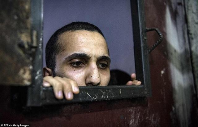Cảnh tượng chen chúc gây sốc bên trong nhà tù giam giữ phiến quân IS - 14