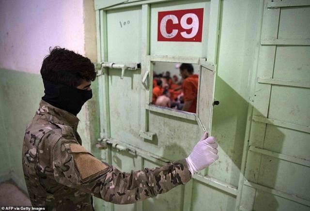 Cảnh tượng chen chúc gây sốc bên trong nhà tù giam giữ phiến quân IS - 2