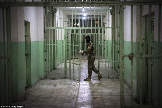 Cảnh tượng chen chúc gây sốc bên trong nhà tù giam giữ phiến quân IS - 19