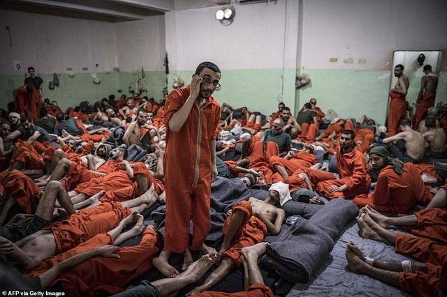 Cảnh tượng chen chúc gây sốc bên trong nhà tù giam giữ phiến quân IS - 6