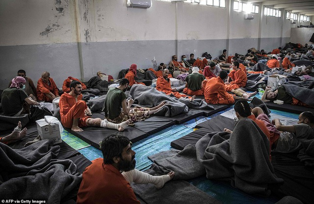 Cảnh tượng chen chúc gây sốc bên trong nhà tù giam giữ phiến quân IS - 4