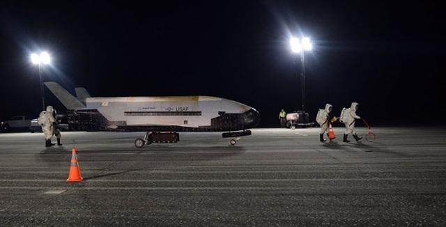 Máy bay vũ trụ bí ẩn của Mỹ hạ cánh sau 780 ngày kỷ lục trên quỹ đạo - 1