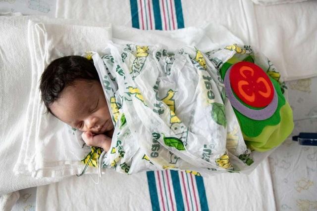 Dễ thương bé sơ sinh thiếu tháng diện đồ hóa trang đón Halloween trong bệnh viện - 15