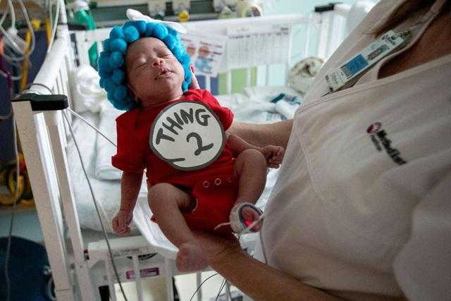 Dễ thương bé sơ sinh thiếu tháng diện đồ hóa trang đón Halloween trong bệnh viện - 6