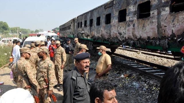 Hiện trường thảm khốc vụ nổ bình gas trên tàu Pakistan làm 74 người chết - 8