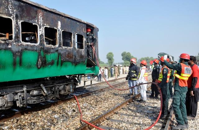 Hiện trường thảm khốc vụ nổ bình gas trên tàu Pakistan làm 74 người chết - 11