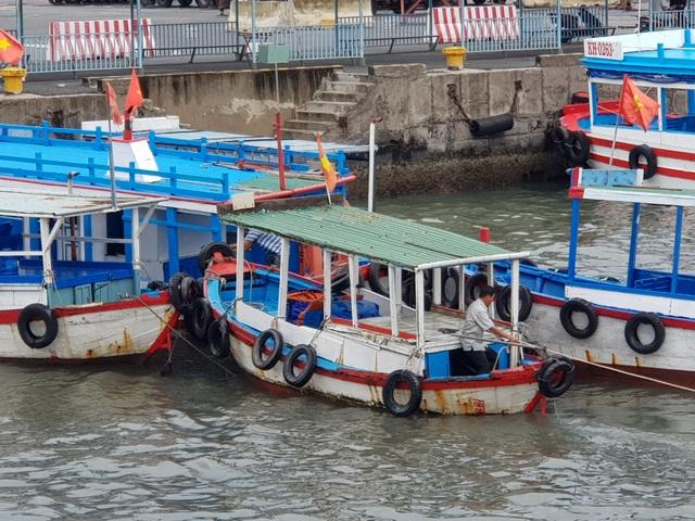 Ca nô đưa đón du khách đi thăm Vịnh Nha Trang được hoạt động trở lại - 2