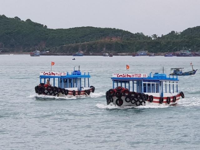 Ca nô đưa đón du khách đi thăm Vịnh Nha Trang được hoạt động trở lại - 1