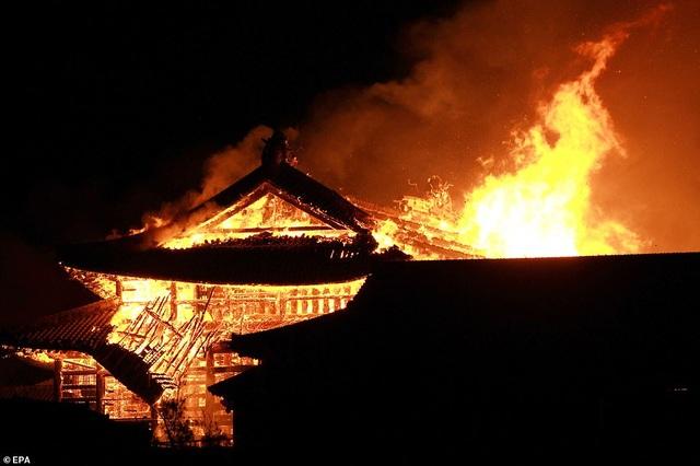 Hỏa hoạn kinh hoàng nhấn chìm lâu đài di sản 600 tuổi ở Nhật Bản - 1