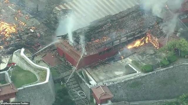 Hỏa hoạn kinh hoàng nhấn chìm lâu đài di sản 600 tuổi ở Nhật Bản - 4