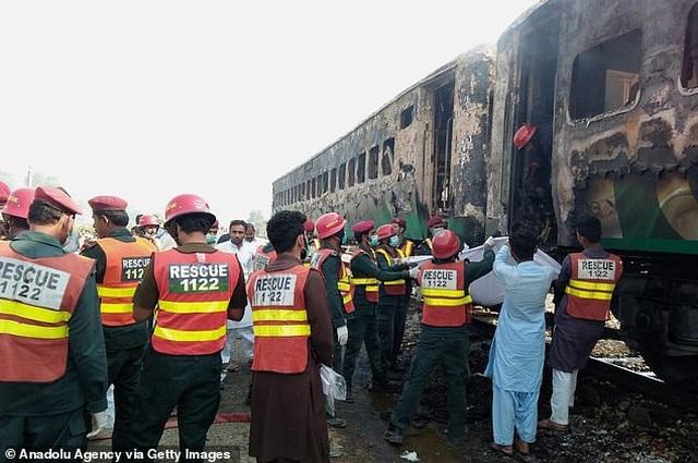 Hiện trường thảm khốc vụ nổ bình gas trên tàu Pakistan làm 74 người chết - 6