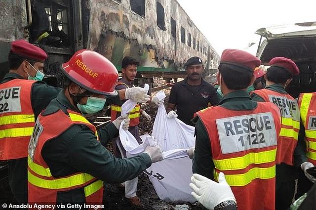 Hiện trường thảm khốc vụ nổ bình gas trên tàu Pakistan làm 74 người chết - 5