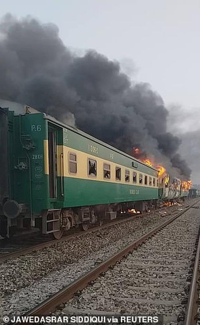 Hiện trường thảm khốc vụ nổ bình gas trên tàu Pakistan làm 74 người chết - 4