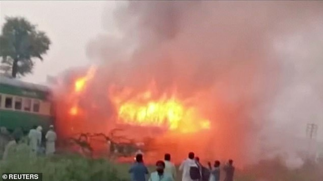 Hiện trường thảm khốc vụ nổ bình gas trên tàu Pakistan làm 74 người chết - 3