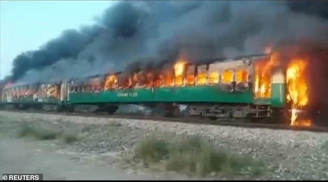 Hiện trường thảm khốc vụ nổ bình gas trên tàu Pakistan làm 74 người chết - 2