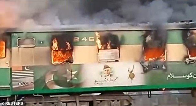 Hiện trường thảm khốc vụ nổ bình gas trên tàu Pakistan làm 74 người chết - 1