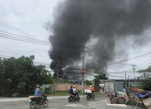 Đang cháy lớn xưởng mút xốp ven TPHCM - 2