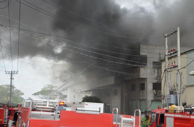 Đang cháy lớn xưởng mút xốp ven TPHCM - 3