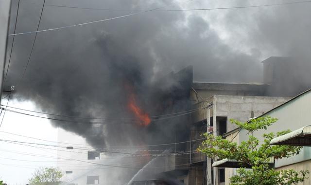 Đang cháy lớn xưởng mút xốp ven TPHCM - 5
