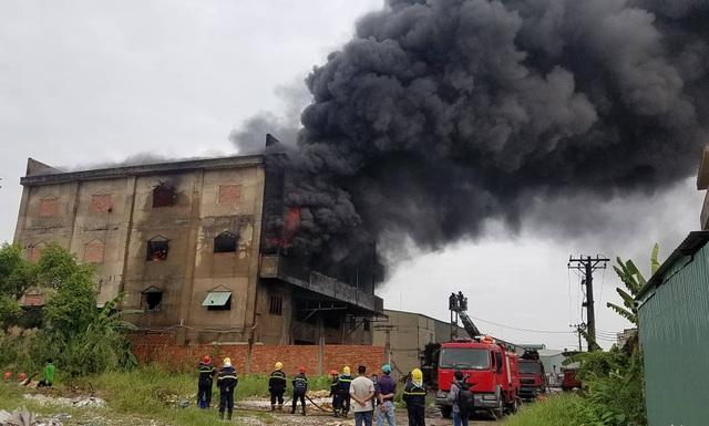 Đang cháy lớn xưởng mút xốp ven TPHCM - 4