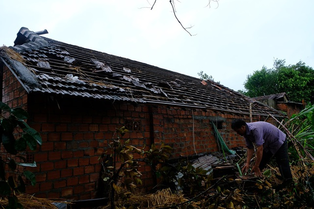 Người dân đội mưa vá mái nhà sau bão - 2