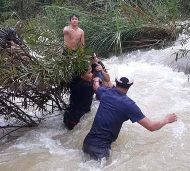 Nhóm thanh niên vượt dòng nước lũ cứu 4 người mắc kẹt giữa sông - 1