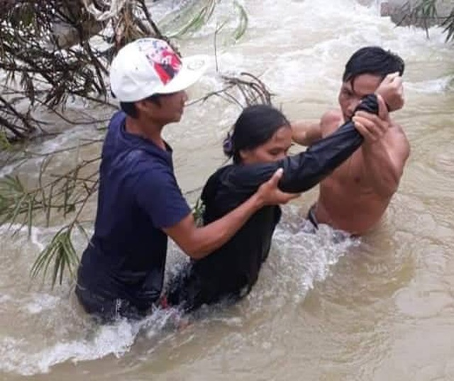 Nhóm thanh niên vượt dòng nước lũ cứu 4 người mắc kẹt giữa sông - 2