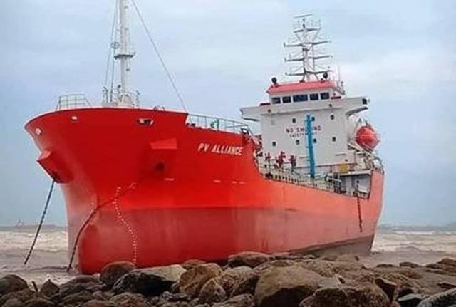 Bão sắp đổ bộ, Quảng Ngãi lo sốt vó bảo vệ tàu chở 76.000 lít dầu đang mắc cạn - 1